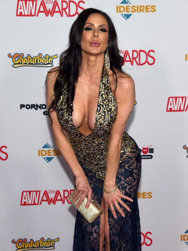 Aktris film dewasa, Kendra Lust berpose di karpet merah saat menghadiri Adult Video News (AVN) Awards 2016 di Hard Rock Hotel & Casino, Las Vegas, 23 Januari 2016. (Ethan Miller / Getty Images / AFP)