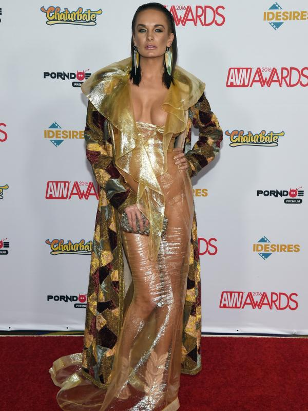 Aktris film dewasa, Alektra Blue berpose di karpet merah saat menghadiri Adult Video News (AVN) Awards 2016 di Hard Rock Hotel & Casino, Las Vegas, 23 Januari 2016. (Ethan Miller / Getty Images / AFP)
