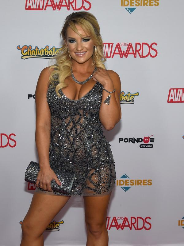 Aktris film dewasa, Cali Carter berpose di karpet merah saat menghadiri Adult Video News (AVN) Awards 2016 di Hard Rock Hotel & Casino, Las Vegas, 23 Januari 2016. (Ethan Miller / Getty Images / AFP)