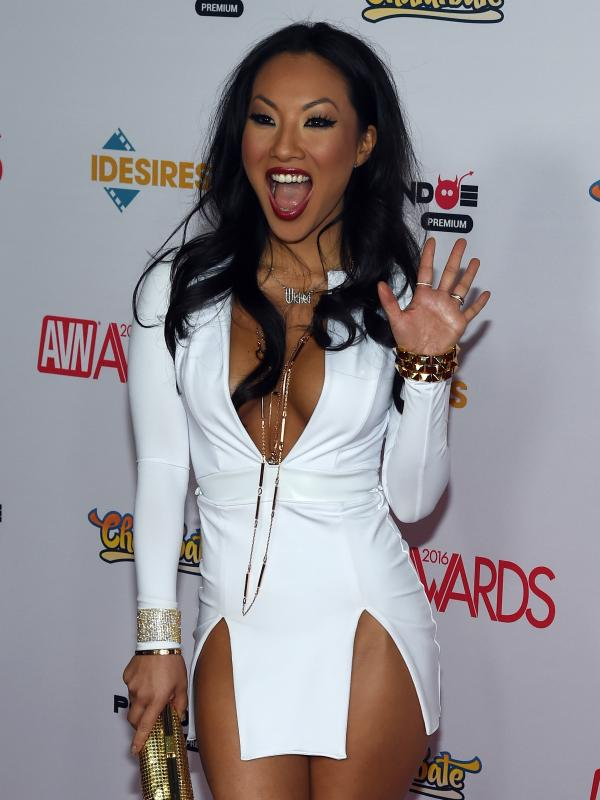 Aktris film dewasa/sutradara, Asa Akira berpose di karpet merah saat menghadiri Adult Video News (AVN) Awards 2016 di Hard Rock Hotel & Casino, Las Vegas, 23 Januari 2016. (Ethan Miller / Getty Images / AFP)